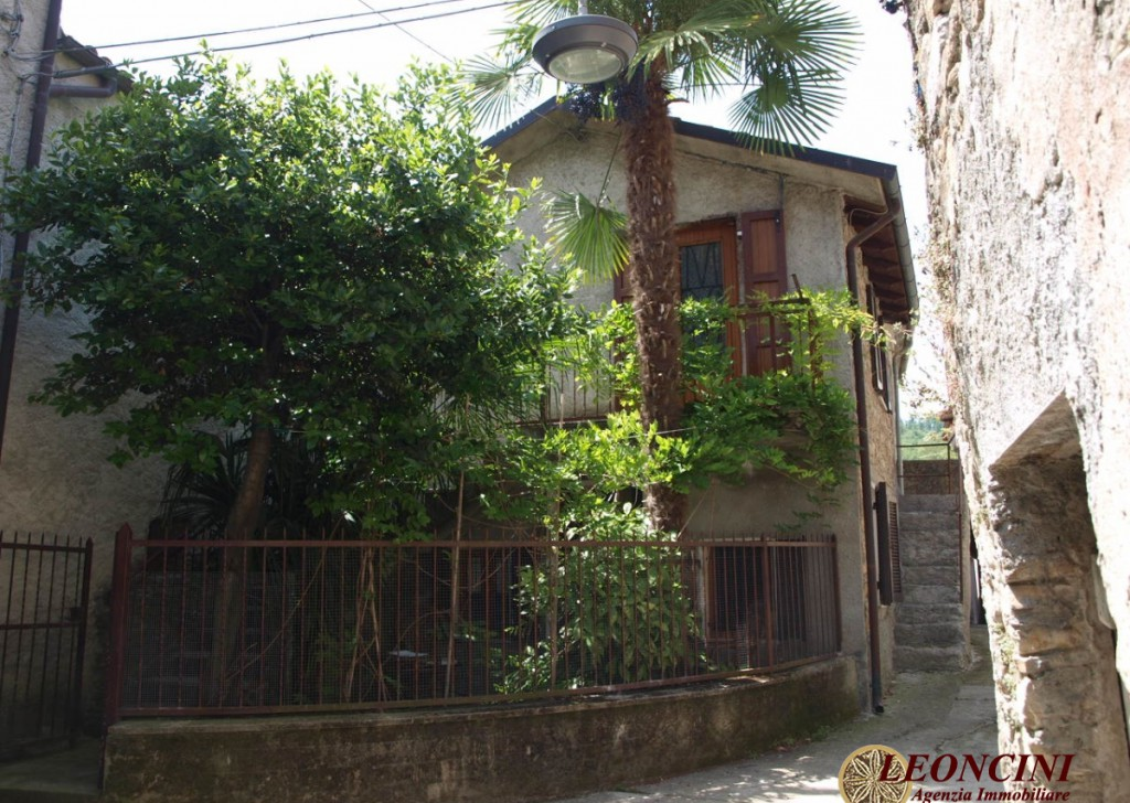 Sale Stonehouses in Historic Center Bagnone - A318 Stone house in a relaxing position Locality