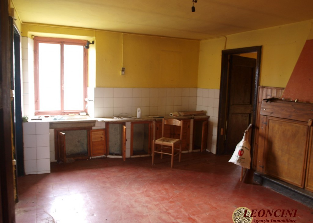 Sale Stonehouses in Historic Center Tresana - A348 House with land Locality