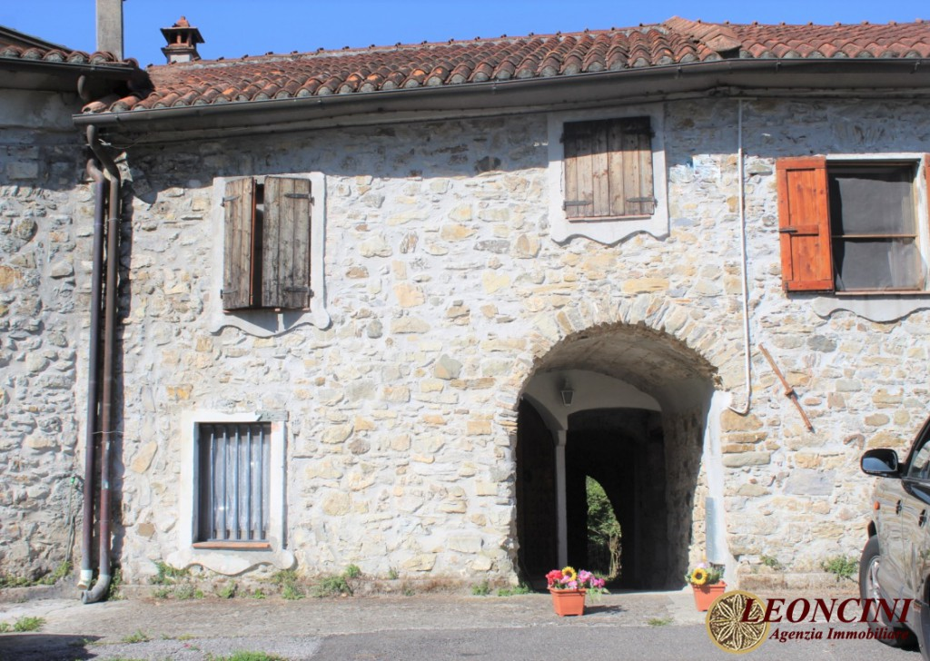 Sale Stonehouses in Historic Center Tresana - A387 Stone house in the hamlet Locality